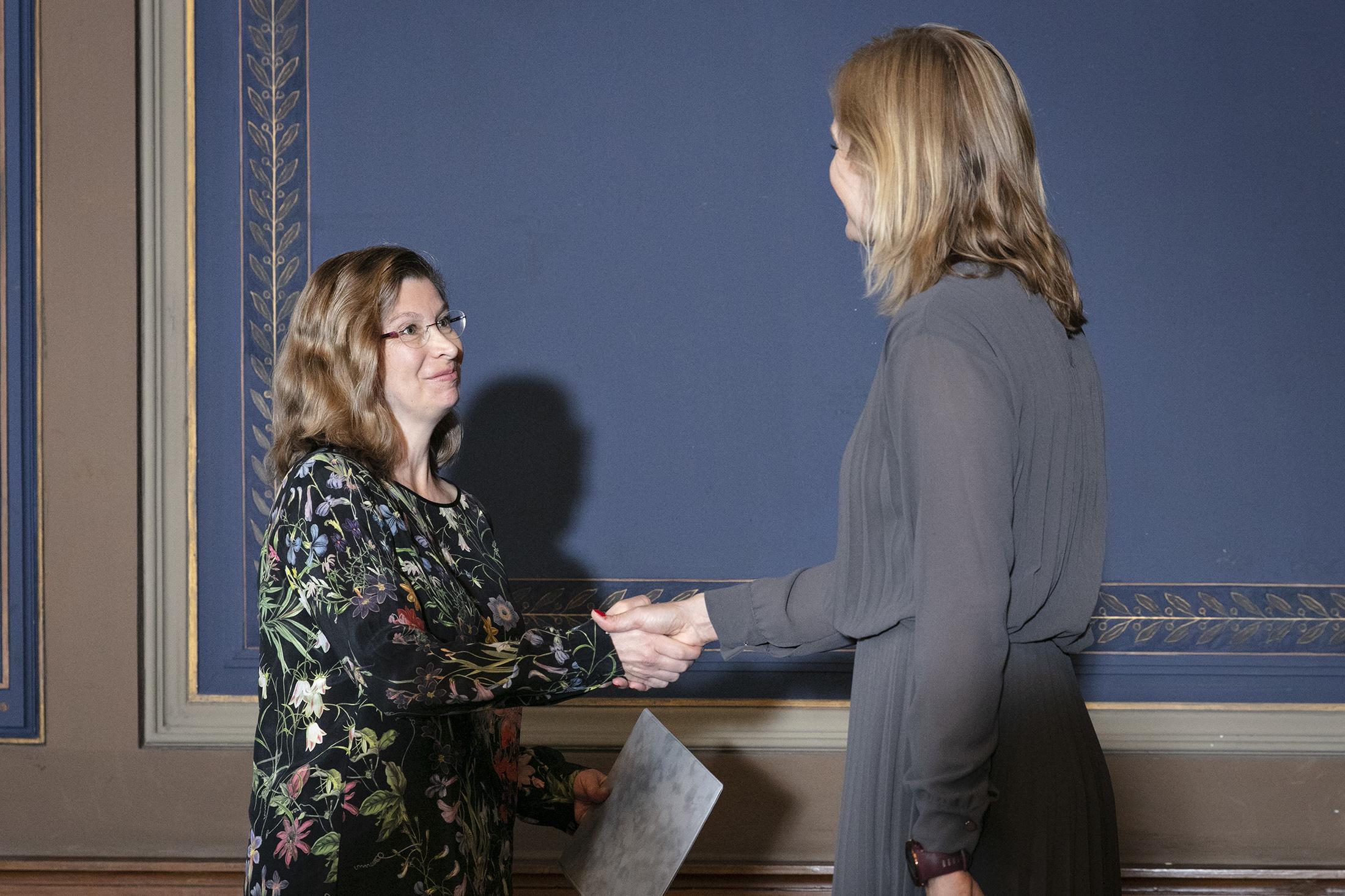 Teija Alanko vastaanottaa palkinnon 1.10.2019 Säätytalolla.