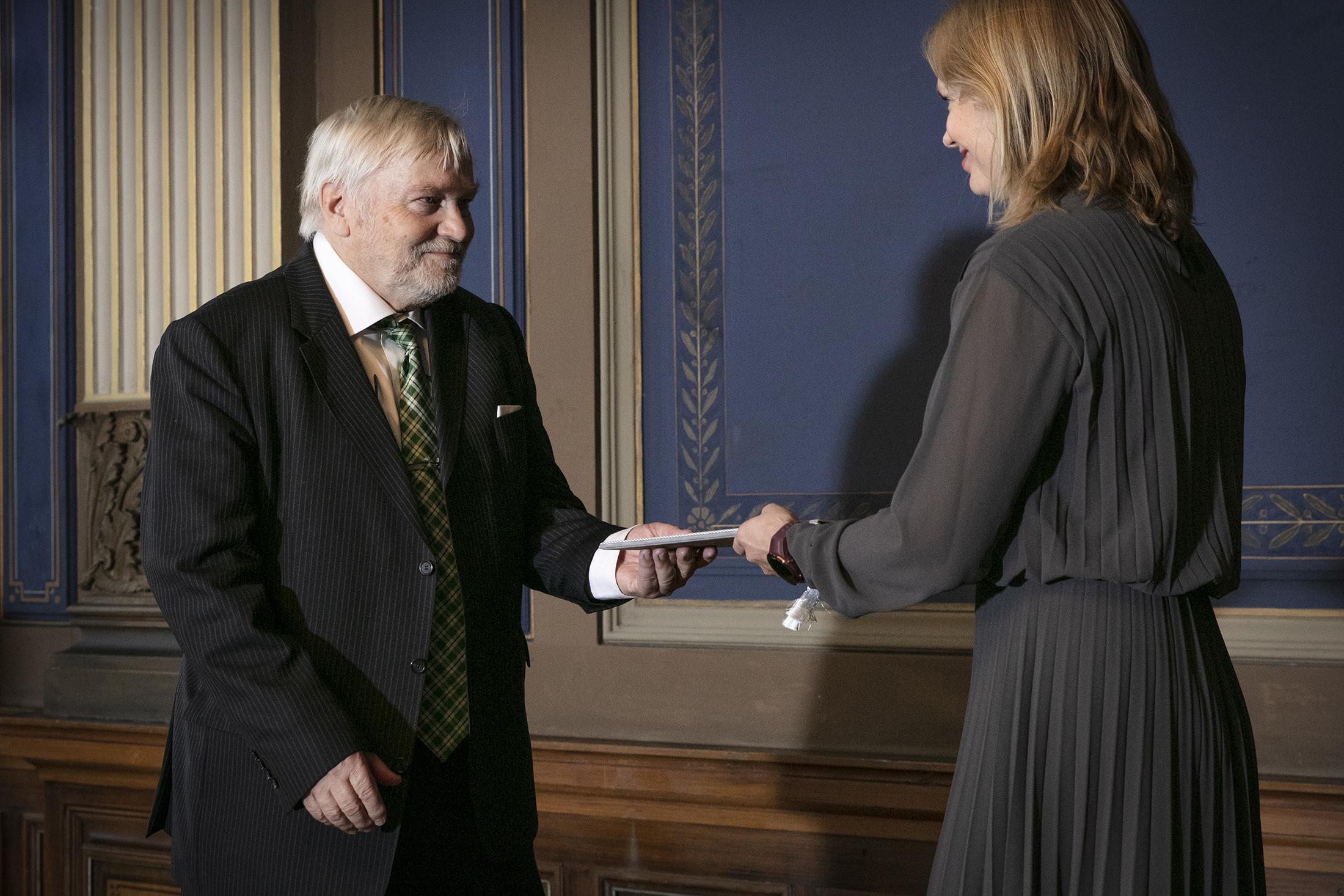 Seppo Hentilä vastaanottaa palkinnon 1.1.2019 Säätytalolla