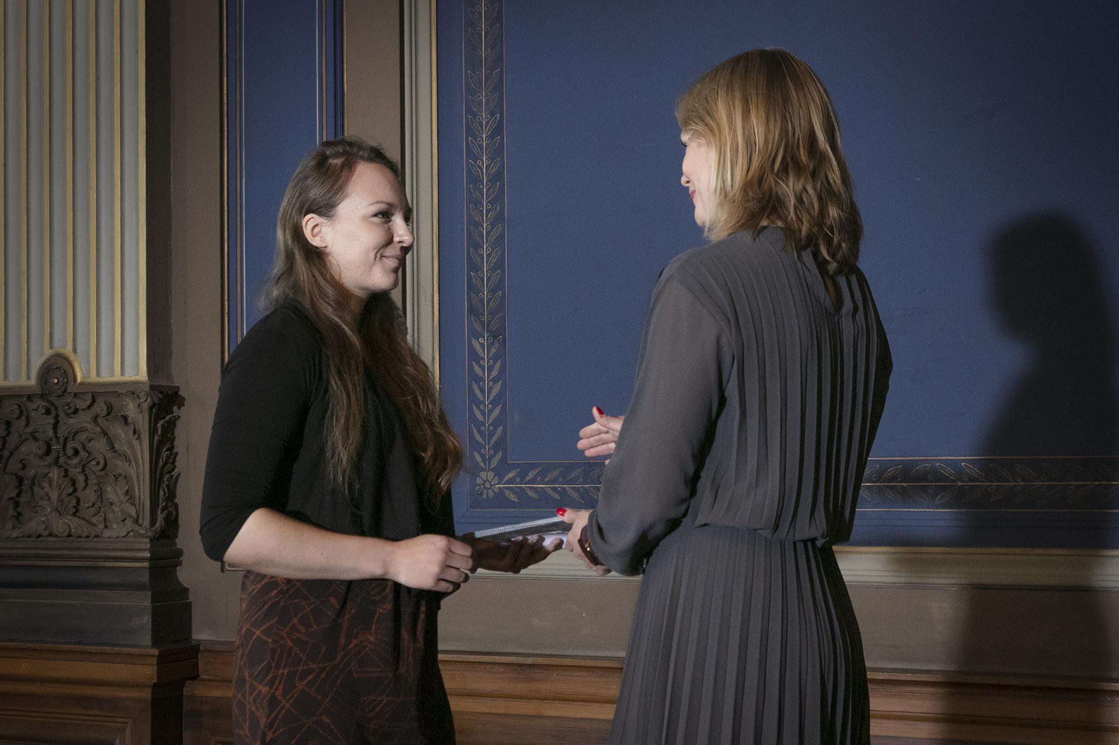 Maria Katajavuori vastaanottaa palkinnon 1.10.2019 Säätytalolla