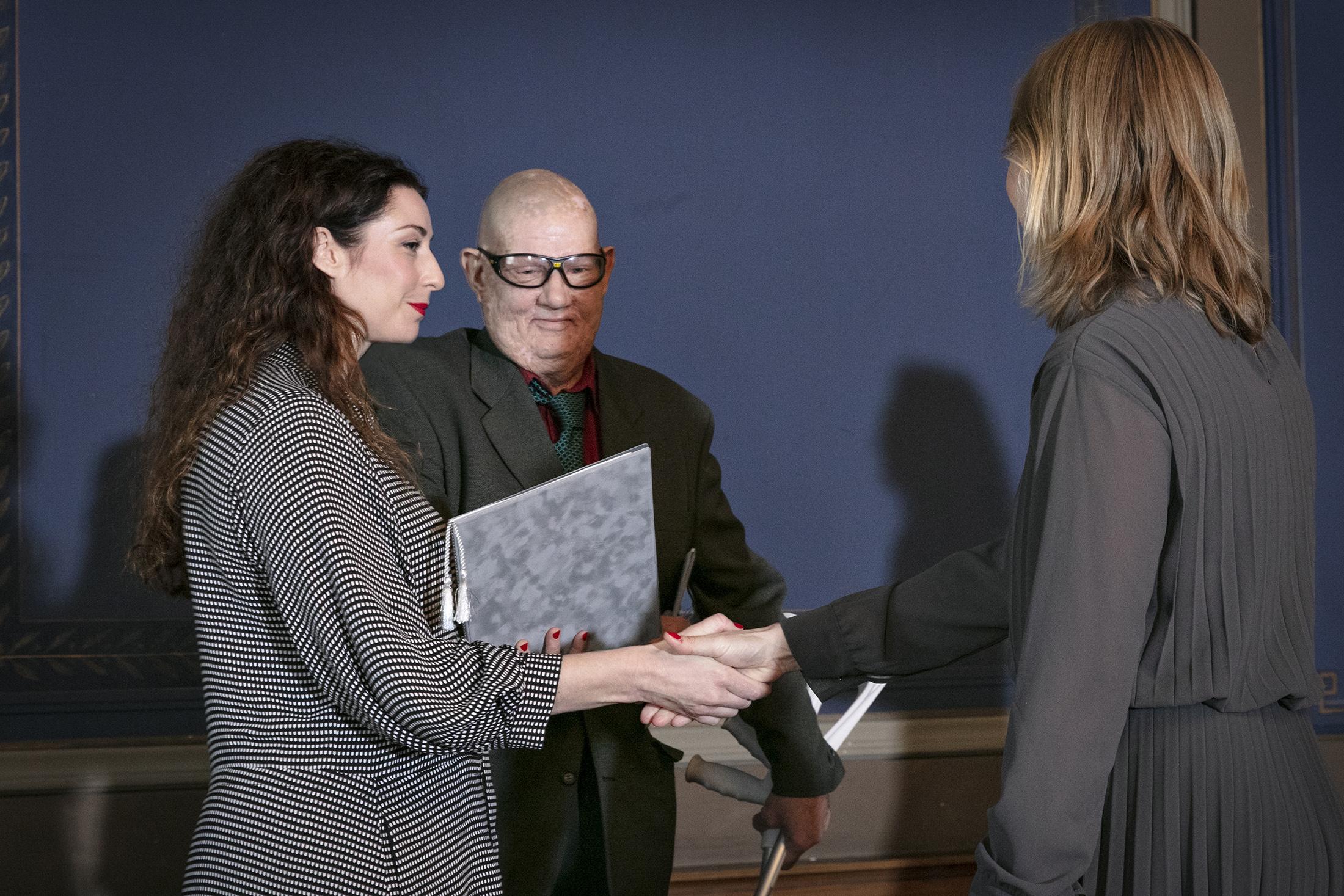 Heidi Piiroinen ja Kimmo Oksanen vastaanottavat palkinnon 1.10.2019 Säätytalolla